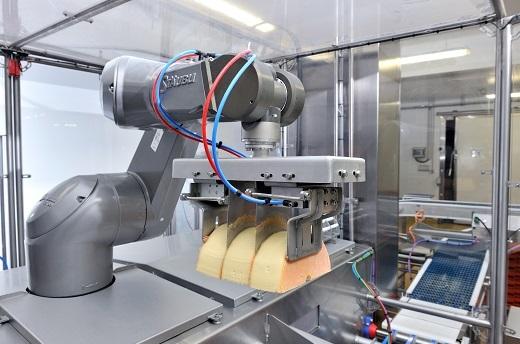 Stäubli HE robot handling cheese