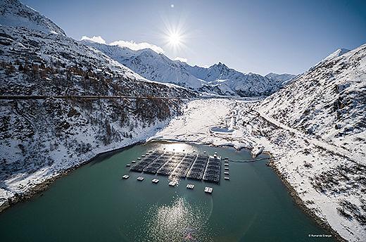 Lac de Toules mit Floating PV-Anlage in den Schweizer Alpen