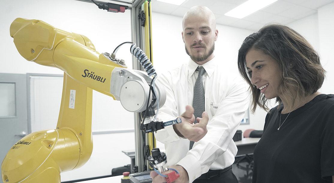 Stäubli AG - US-Robotics-Training-Teaser-1118.jpg